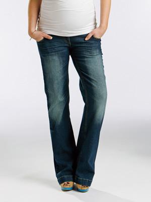 model wearing maternity jeans
